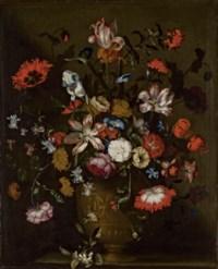 Tulipes, iris, roses, volubilis et autres fleurs dans un vase