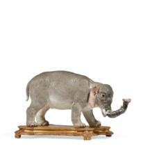 GRAND ELEPHANT EN PORCELAINE D