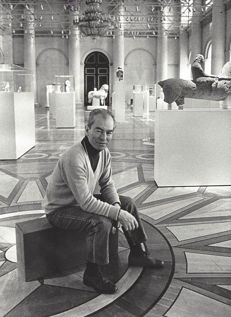 George Ortiz at the 1993 exhibition of his ancient artworks at the Hermitage Museum, St Petersburg