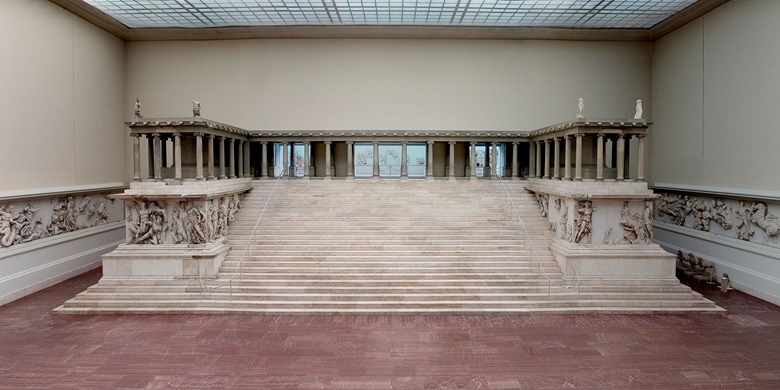 Overall view of the Pergamon Altar, built in first half of 2nd century BC. Photo © Staatliche Museen zu Berlin, Antikensammlung  Photographer Johannes Laurentius