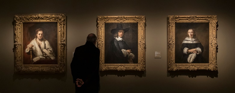 Installation view of Rembrandt and Amsterdam Portraiture, 1590-1670. Photo Museo Thyssen-Bornemisza, Madrid